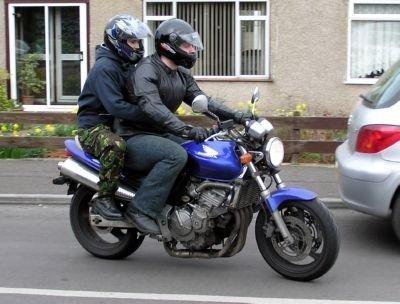 bijrijder motor met helm