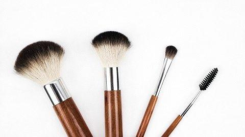 helm op en afdoen met make-up